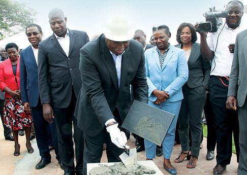 Vice-Presidente da República colocou o primeiro bloco da nova maternidade em construção