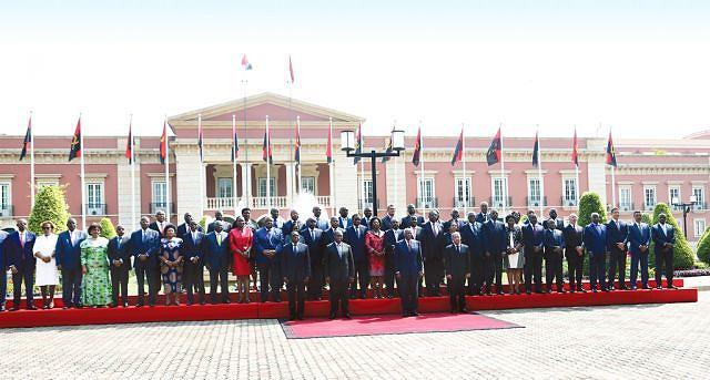 Chefe de Estado tirou uma fotografia com ministros, secretários de Estado e  governadores provinciais