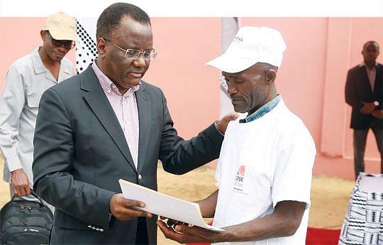 Ministro Pitra Neto faz entrega do contrato de micro crédito ao agricultor Luís Mambo de 54 anos