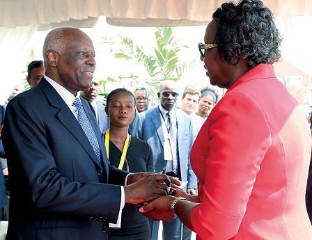 Presidente entrega as chaves a uma família