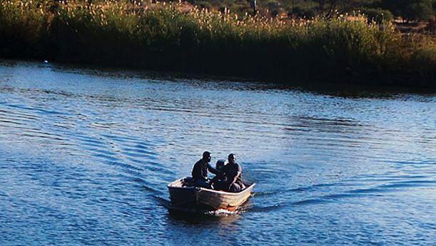 Namibianos atravessam o rio todos os dias em busca de produtos