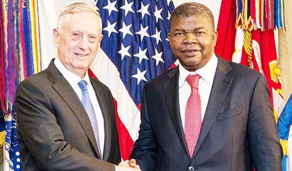 Presidente eleito João Lourenço com o secretário da Defesa James Mattis durante a visita ao Pentágono