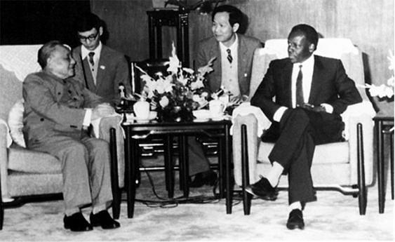 Encontro do Presidente José Eduardo dos Santos com Deng Xiaoping, secretário-geral do Partido Comunista Chinês e Presidente da República Popular da China, durante a visita oficlal do Chefe de Estado angolano nos anos 80