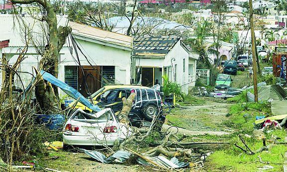 Passagem do furacão está a provocar inúmeros destroços