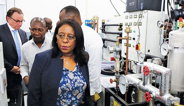 Reitora da UAN durante a visita ao laboratório de frio