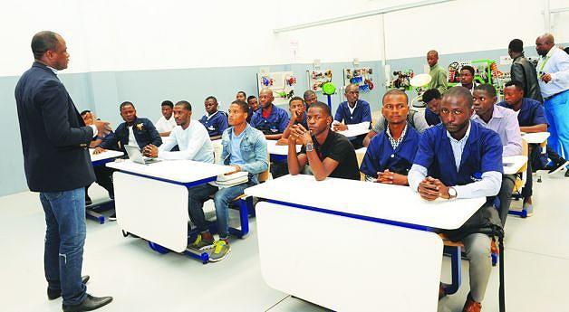 Formandos atentos  a uma explicação do formador