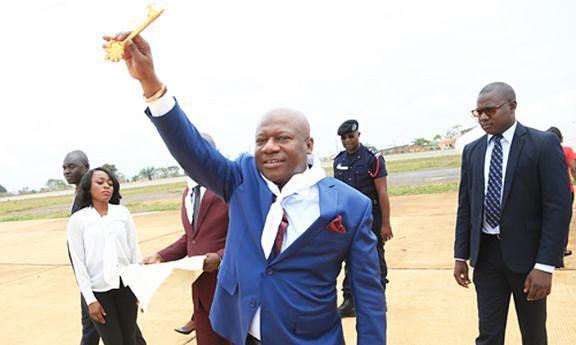 Governador exibe a chave