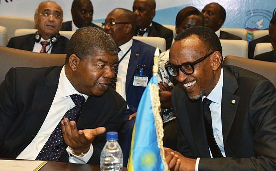 Chefe de Estado angolano em conversa amena com homólogo ruandês, Paul Kagame