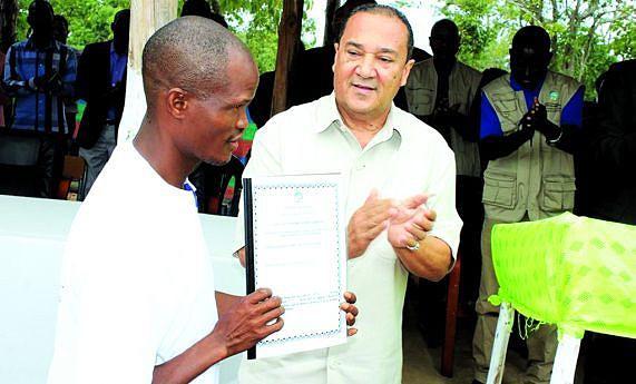 Vice-governador para o Sector Económico Sérgio da Cunha Velho entrega o título de terra à comunidade de Cacula