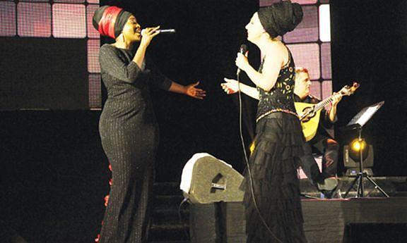 """Anabela Aya interpretou em dueto """"Não me toca""""  com a cantora portuguesa Kátia Guerreiro no Festival Caixa Luanda no Cinema Atlântico"""