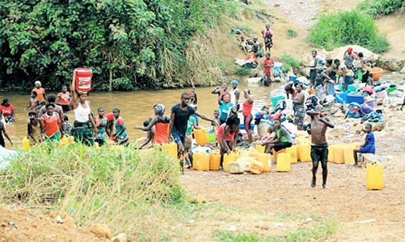 População acarreta água em locais impróprios e sem tratamento como rios e poços