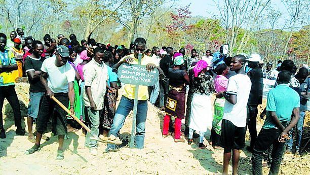 A população insiste em fazer enterros em locais inapropriados
