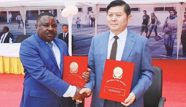 Daniel Quipaxe e Liu Dai Wen assinam o termo de entrega da obra