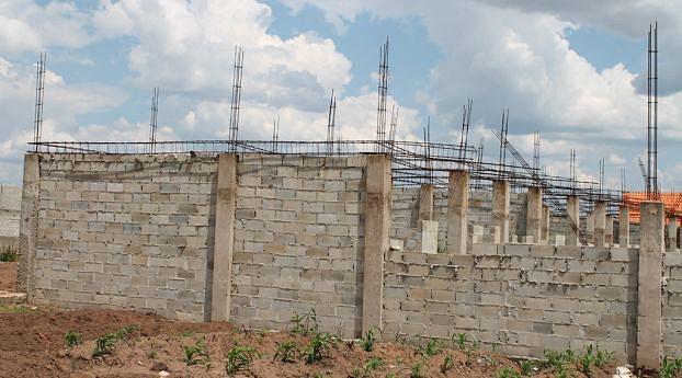 As obras estão paralisadas em virtude da falta de materiais de construção