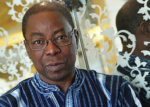 """Escritor moçambicano Luís Bernardo Honwana e a capa da mais recente edição do livro """"Nós matamos o Cão-Tinhoso"""""""