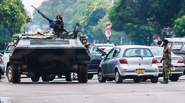 Militares zimbabweanos reforçaram as suas posições nas ruas que dão acesso à residência de Mugabe