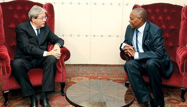 Gentiloni com o ministro Manuel Augusto na sala protocolar