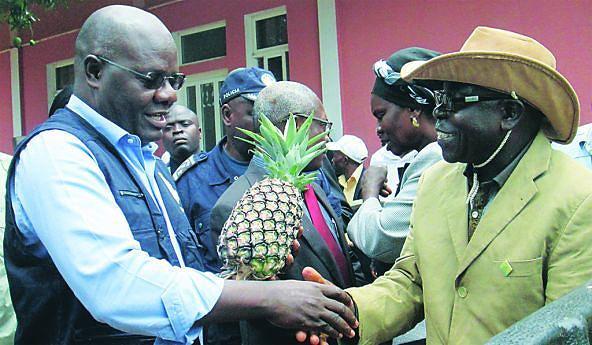 Ernesto Kiteculo recebeu produtos do campo das mãos de um dos agricultores  no Dala
