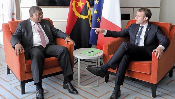 Presidente João Lourenço com o homólogo de França, Emmanuel Macron, num encontro à margem da Cimeira UA-UE em Abidjan