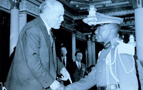 Comandante Tonta aos 22 anos cumprimenta  o então Presidente da Tunísia Habib Bourguiba