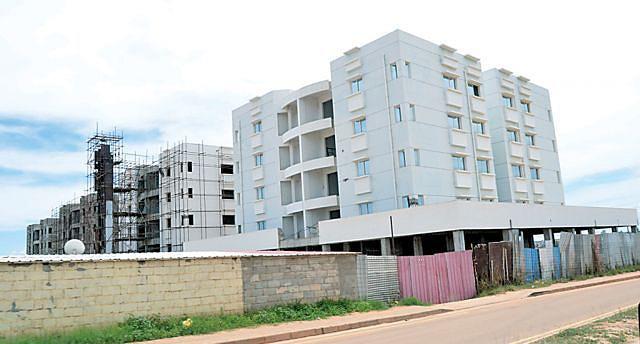 Edifícios com dezenas de apartamentos  à espera de conclusão