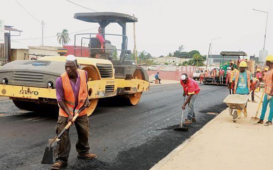 Obras de reabilitação e colocação de novo tapete asfáltico estão a ser feitas nas principais artérias da cidade