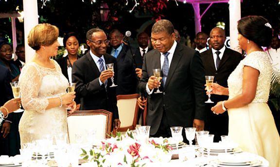 Casal presidencial na altura em que recebia cumprimentos de várias individualidades, com destaque para o Vice-Presidente da República e esposa