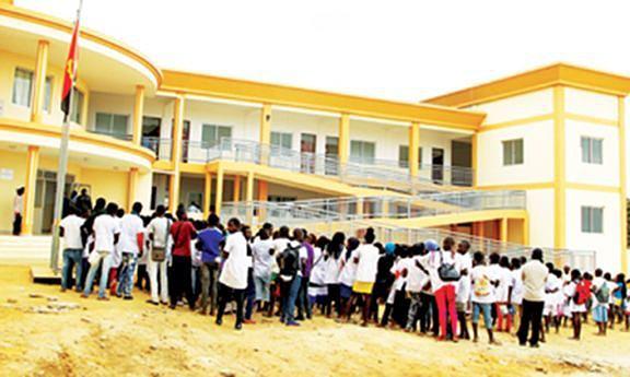 Alunos do I e II Ciclo estão a concorrer por uma vaga em Cabinda que tem falta de salas de aulas