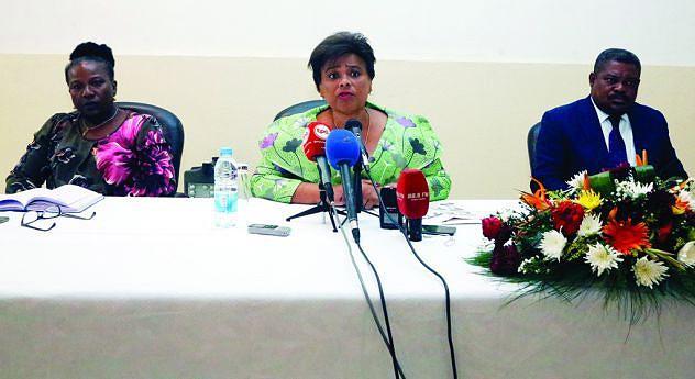 Carolina Cerqueira, e parte do seu elenco ministerial em conferência de imprensa