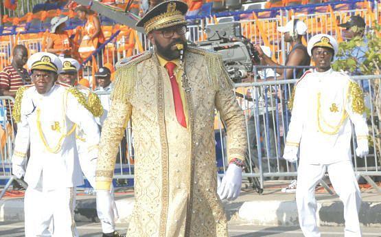 Comandante Poly Rocha orienta o desfile do Recreativo Kilamba vencedor do Carnaval