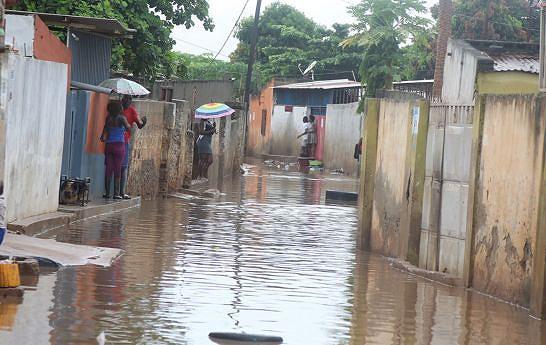 Chuvas mostram o deficiente saneamento da capital