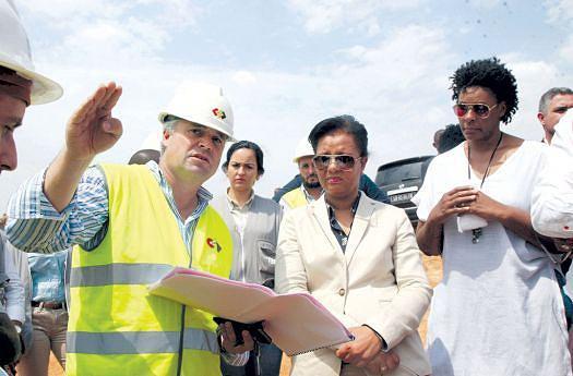 Ministra Ana Paula de Carvalho ouve informações de um empreiteiro das obras da urbanização Zango 8000 situado na cidade de Luanda