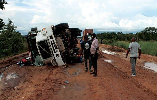 Destroços de viaturass e contentores atirados nas bermas dão conta de uma estrada que precisa de intervenção para se evitar danos materiais e perda de vidas humanas