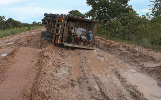 Os  automobilistas são obrigados a transitar pela via com os prejuízos causados nas viaturas