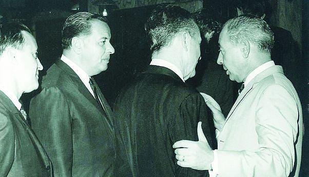 G. Brognon (de costas), Vice-Presidente da Cabinda Gulf e o Governador Robocho Vaz, nos anos de 1960