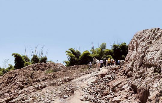 Serra da Kanda tem ao todo 46 quilómetros sete dos quais compreendem uma elevação íngreme cuja altitude ronda aos dois mil metros acima do nível do mar