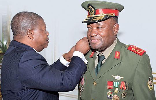 Momento em que o Chefe de Estado colocava as patentes de general de Exército ao novo chefe do Estado-Maior das Forças Armadas