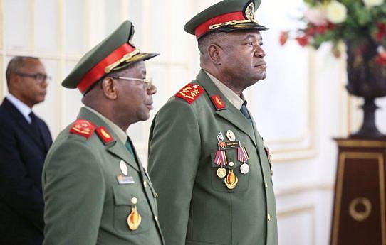 General de Exército António Egídio de Sousa Santos (à direita) substitui Geraldo Sachipengo Nunda, que esteve no cargo desde Outubro de 2010