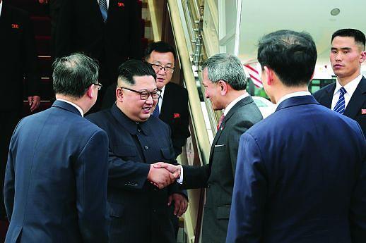 Kim Jong-un foi recebido pelo ministro dos Negócios Estrangeiros à chegada no aeroporto internacional de Singapura