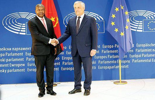 Chefe de Estado angolano posou para a posteridade com o presidente do Parlamento Europeu, o italiano Antonio Tajani