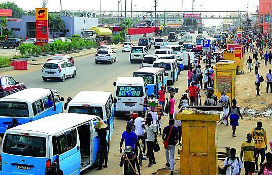 Em diversas estradas da capital, milhares de taxistas lutam diariamente para transportar passageiros para os mais diversos destinos