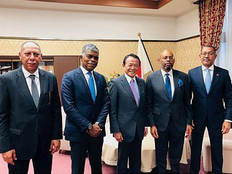 Ministros de Angola e do Japão após a assinatura do acordo
