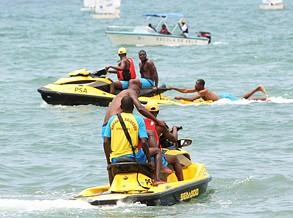 Mergulhadores salvam cinco banhistas em eminência de afogamento