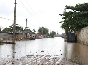 Moradores do Curtume/ Cazenga abandonam residências devido a chuva