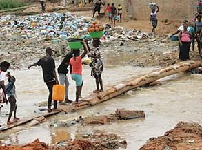 Jovens fazem da Ponte do Kambamba uma portagem improvisada