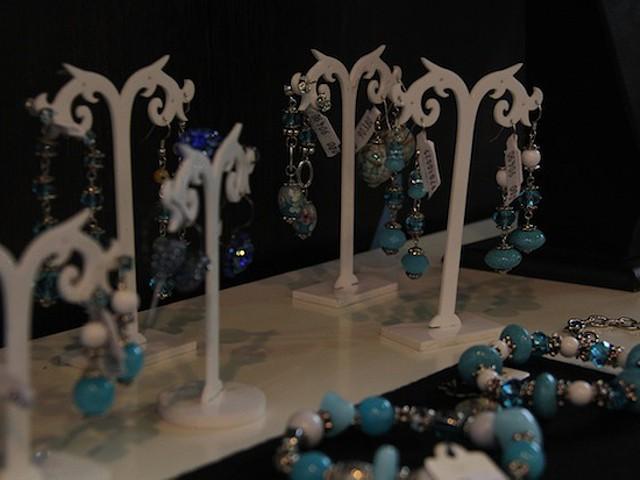 Brincos, pulseiras, colares são feitos em Portuga