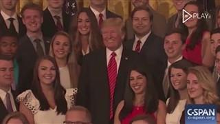 """""""Cale-se"""": diz Trump a jornalista enquanto posa para fotografia na Casa Branca"""