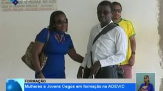 Mulheres e jovens cegos em formação na ADEVIC