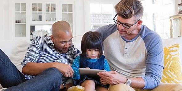 tek casal com criança smartphone tablet