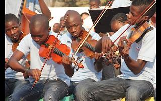 Banda Kapossoka tocou o hino nacional